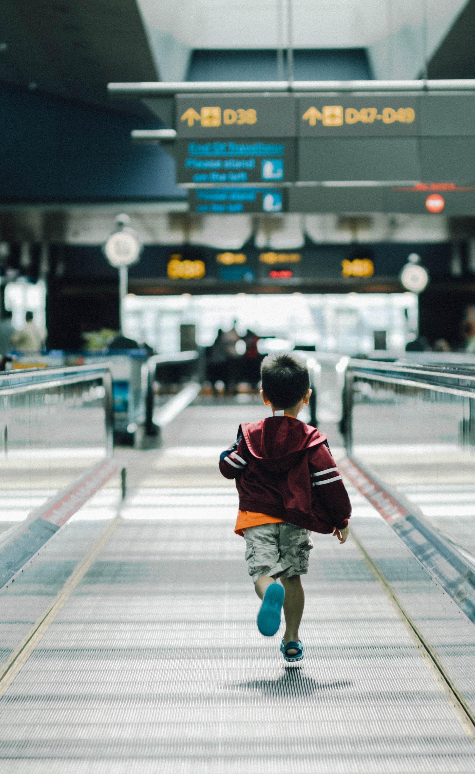 Bambino in aeroporto